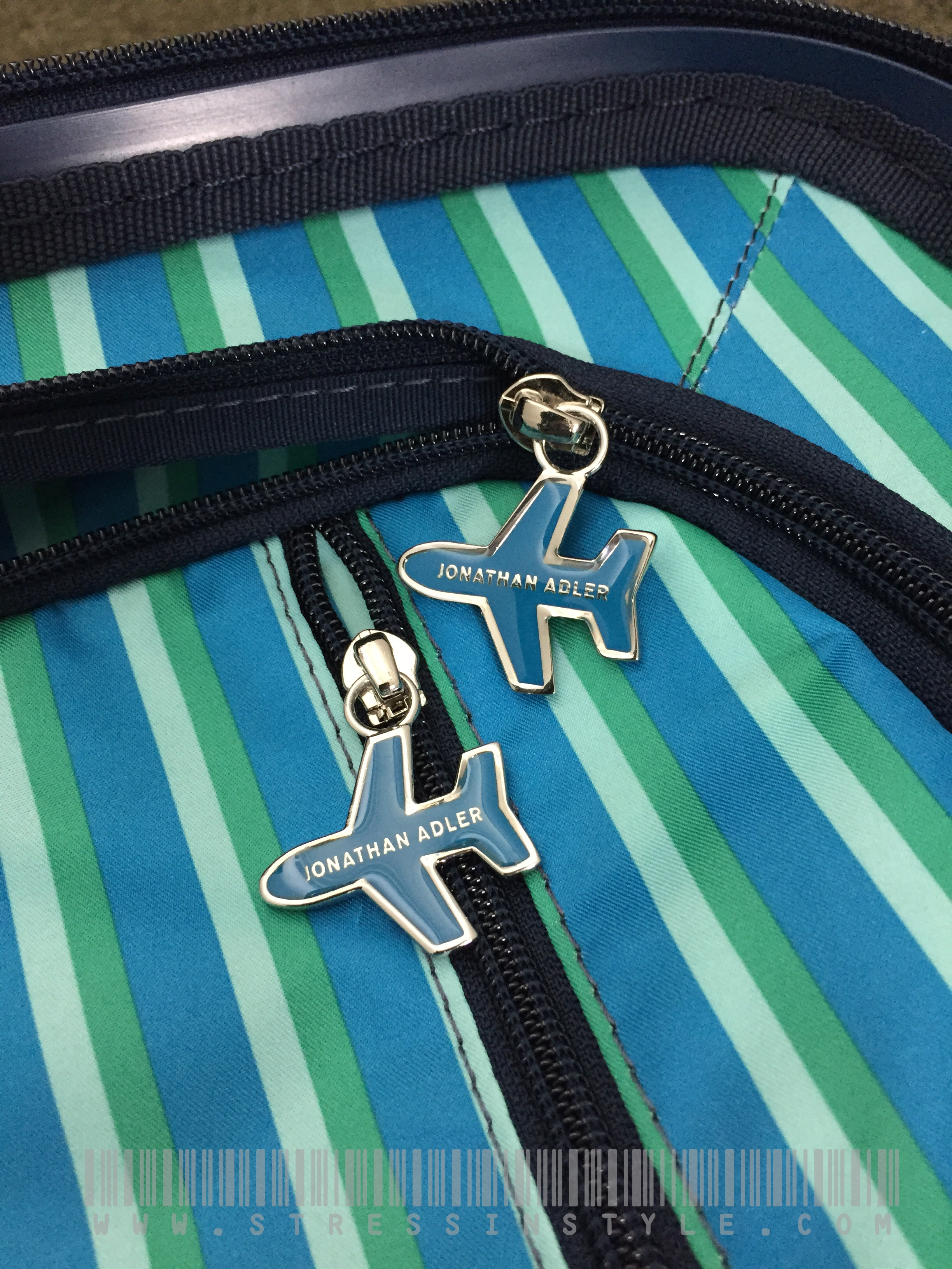 Airplane zipper pulls